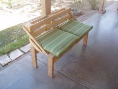 Готовая скамейка из поддонов
